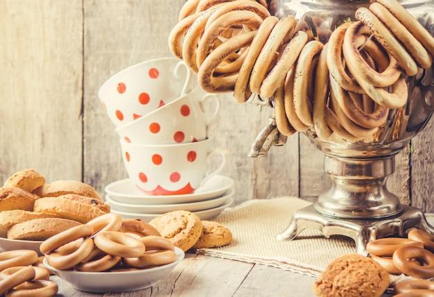 Samovar e chá com bagels. foco seletivo.