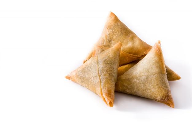 Samsa ou chamuças com carne e legumes, isolados no branco comida indiana tradicional copie o espaço