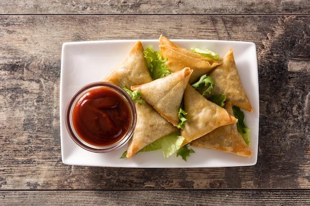 Samsa ou samosas com carne e legumes