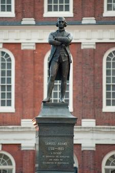 Samuel adams memorial em boston, massachusetts, eua