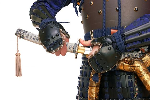 Samurai em armadura e close-up katana