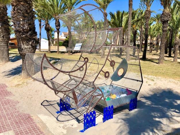 San javier espanha junho caixote de metal para plástico fica em parque público perto da praia foto de alta qualidade