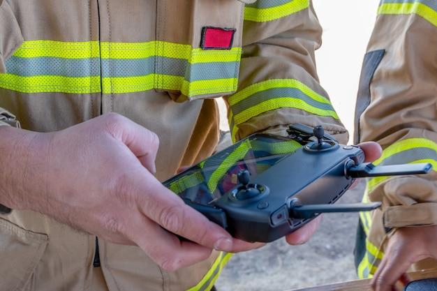 San rafael, argentina, 14 de julho de 2020: bombeiro operando drone em busca e resgate.
