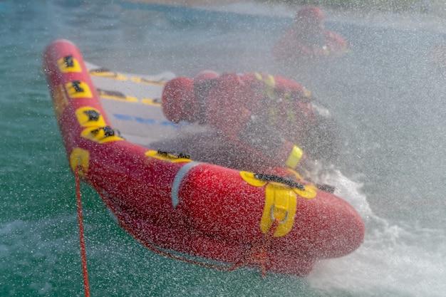 San rafael, argentina, 6 de novembro de 2020: bombeiros em exercício de resgate em água, usando canoa e roupas especiais. vista aérea do drone