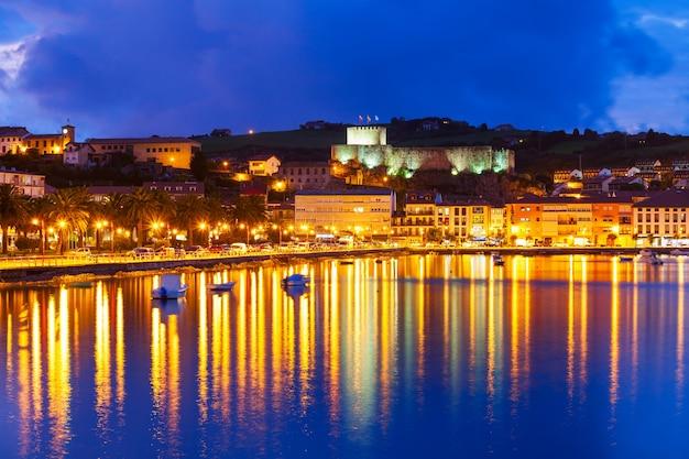 San vicente de la barquera é uma pequena cidade medieval na cantábria, no norte da espanha