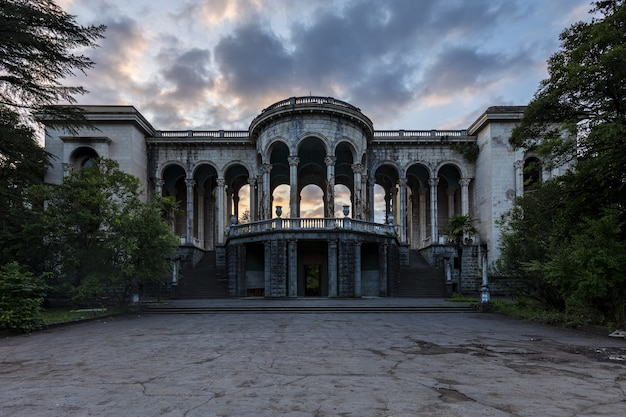 Sanatório abandonado histórico medea em tskaltubo, geórgia, durante o pôr do sol