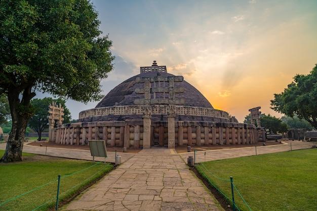 Sanchi stupa, madhya pradesh, índia. edifício budista antigo, mistério da religião, pedra cinzelada. céu do nascer do sol.