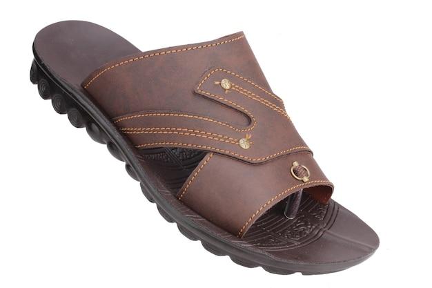 Sandália de couro marrom isolada no branco, chinelo masculino