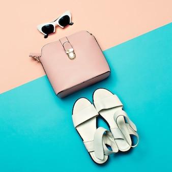 Sandálias brancas e óculos de sol com bolsa rosa