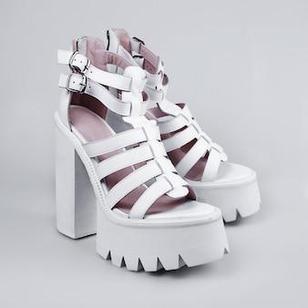 Sandálias brancas para mulher