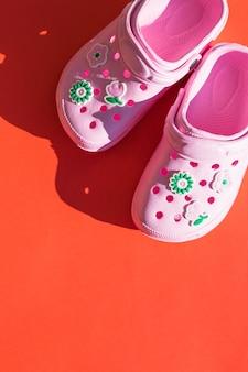 Sandálias cor-de-rosa. sapatas de borracha em um fundo branco.