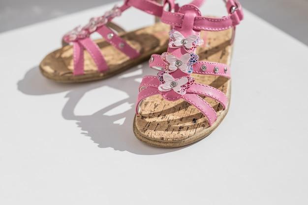 Sandálias de bebê rosa na moda.close-se de sapatos de bebê, moda de verão de crianças. sapatos para meninas, chinelos infantis, moda praia para bebê,