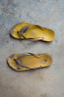 Sandálias de borracha amarelo