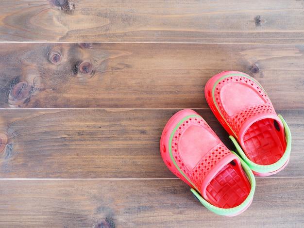 Sandálias de borracha infantil em madeira