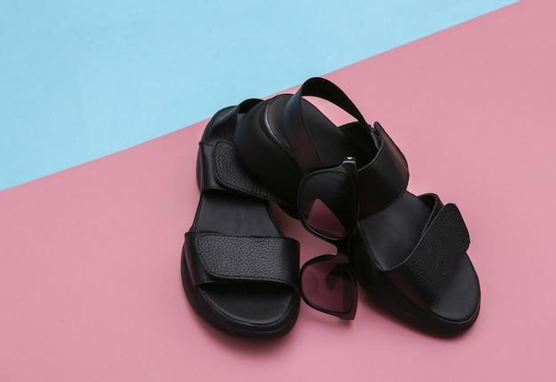 Sandálias de couro em um fundo rosa azul.