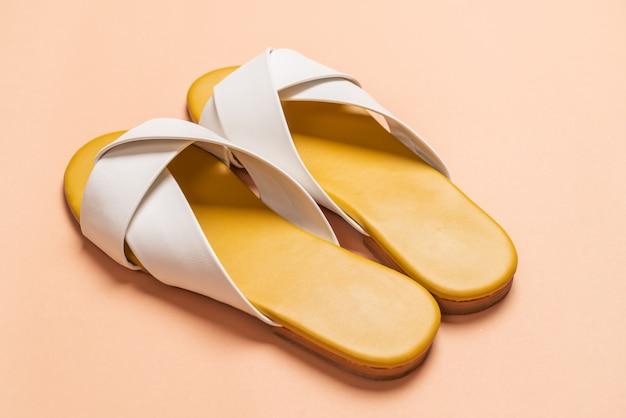 Sandálias de couro femininas e femininas