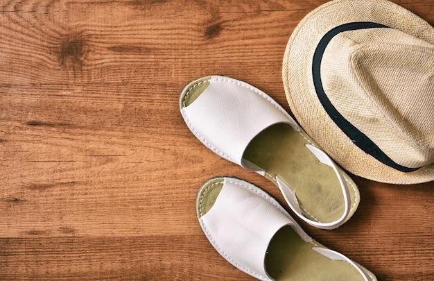 Sandálias de homem com chapéu e camisa de verão