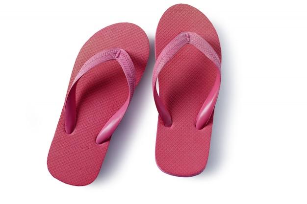 Sandálias de praia flip-flops vermelhas isoladas no fundo branco