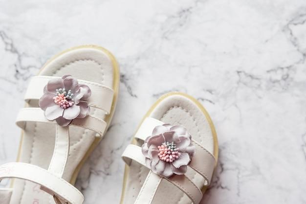 Sandálias de verão para menina de couro branco com decoração de flores