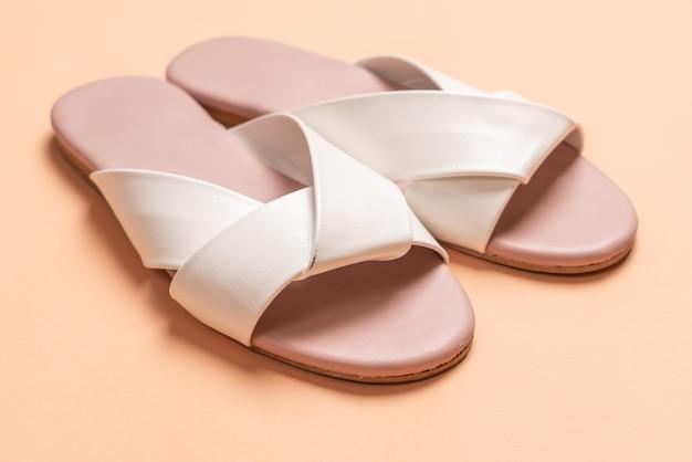 Sandálias femininas brancas de couro