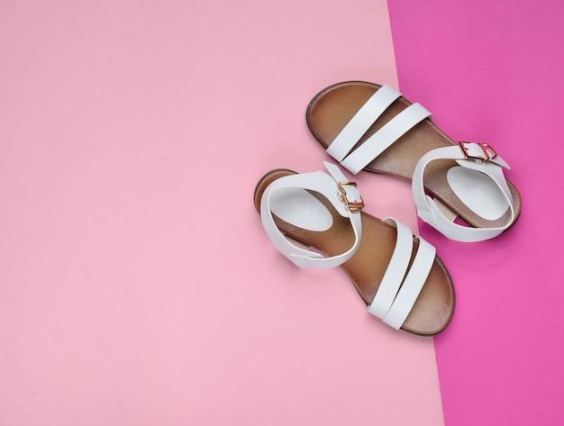 Sandálias femininas de couro na moda em uma superfície pastel colorida, sapatos de verão, vista superior, minimalismo