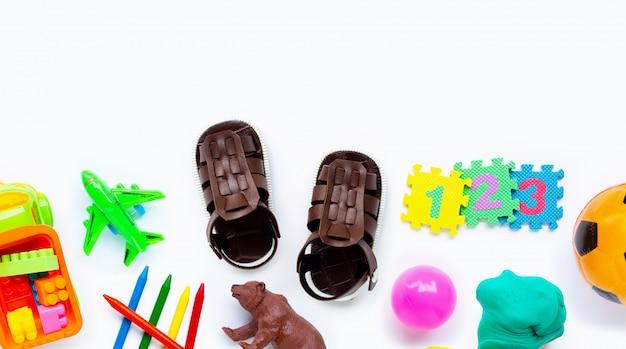 Sandálias infantis de couro marrom com brinquedos coloridos