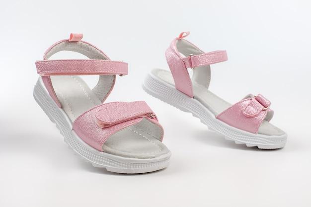 Sandálias infantis rosa feitas de couro brilhante com fechos de velcro sola plana branca ...