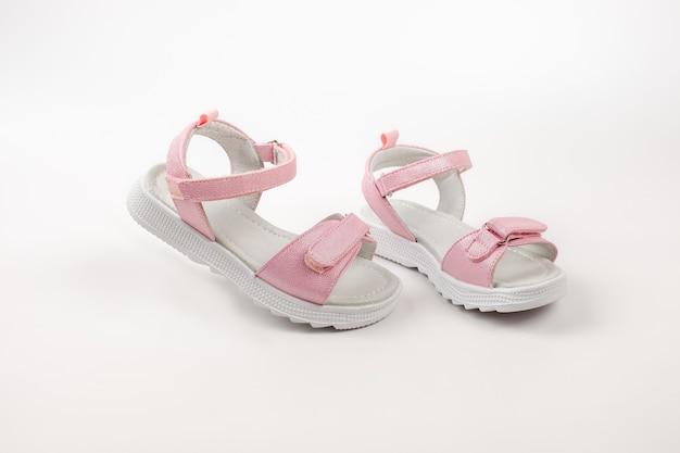 Sandálias isoladas rosa sandálias rosa infantis com sola branca e fechos de velcro isolados em um ...