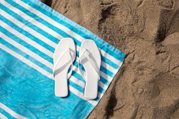 Sandálias na praia, vista aérea da moda no verão