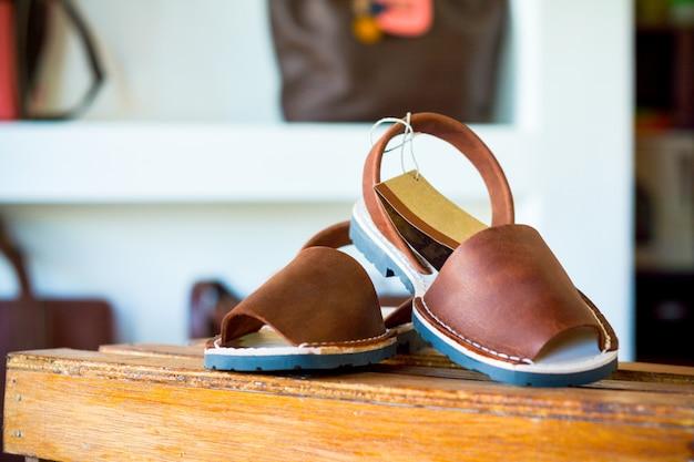 Sandálias para mulher com um fundo e um espaço de cópia.