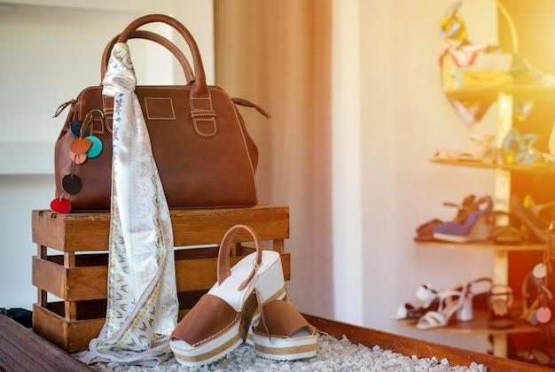 Sandálias para mulher e bolsa ou carteira, copie o espaço.