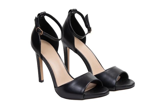 Sandálias pretas clássicas femininas em um fundo branco