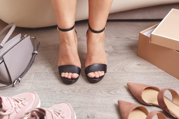 Sandálias pretas de salto alto