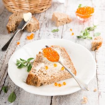 Sanduíche aberto com caviar vermelho