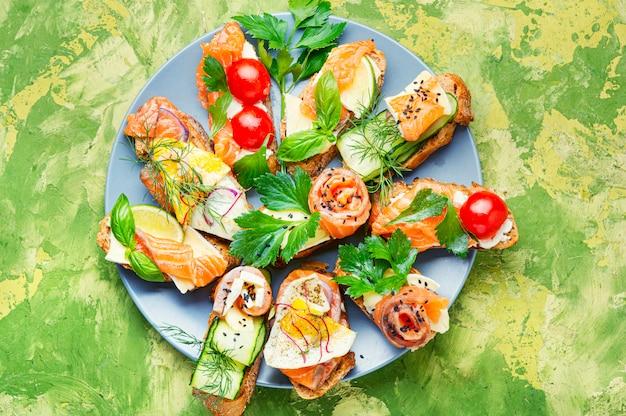 Sanduíche aberto com peixe