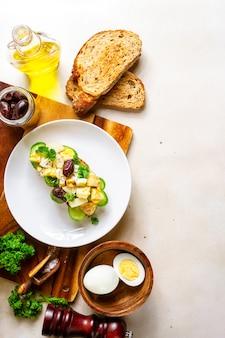 Sanduíche aberto com salada de batata tradicional alemã, pão, todos os ingredientes