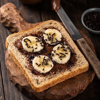 Sanduíche aberto delicioso com chocolate e banana