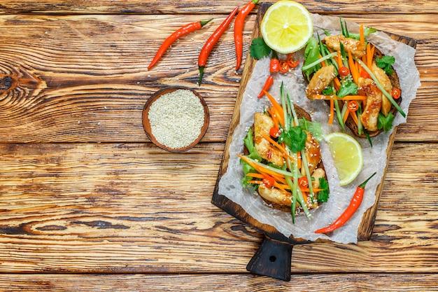 Sanduíche asiático com frango frito e legumes frescos