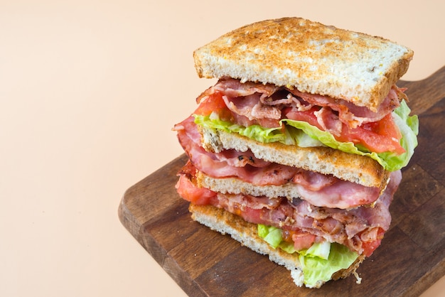 Sanduíche blt com detalhes de bacon, alface e tomate