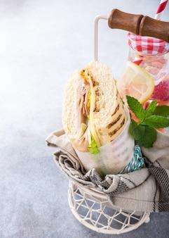 Sanduíche caseiro com presunto, queijo e alface