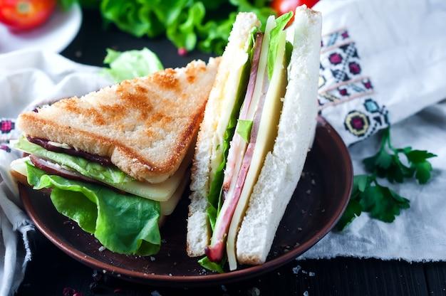 Sanduíche caseiro com salada e suco como um pequeno-almoço saudável
