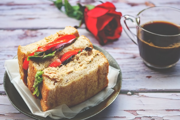 Sanduíche caseiro de atum com tomate e alface
