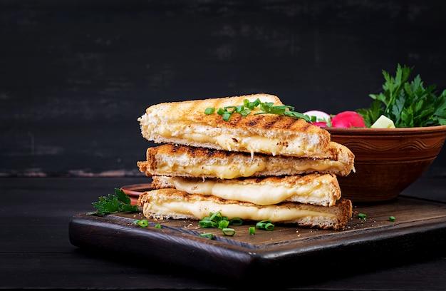 Sanduíche caseiro de queijo grelhado no café da manhã