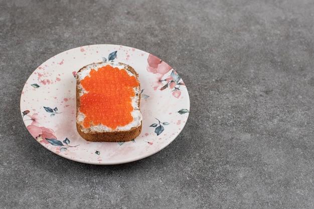 Sanduíche caseiro fresco com caviar vermelho.