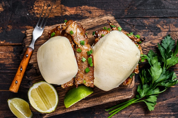 Sanduíche chinês cozido no vapor, pãezinhos de gua bao com carne de porco.