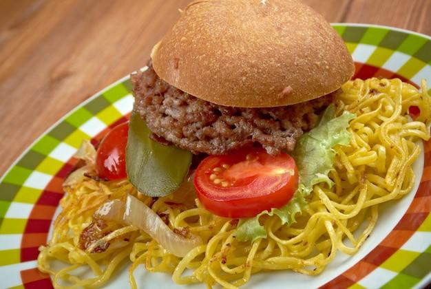 Sanduíche chow mein - popular nos cardápios de restaurantes sino-americanos em todo o sudeste de massachusetts