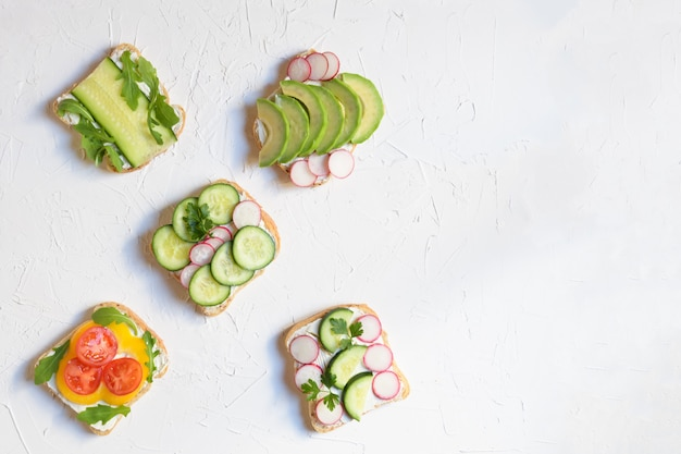 Sanduíche cinco do vegetariano ou do vegetariano em um fundo branco, espaço para seu texto