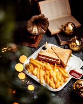 Sanduíche club com batata frita