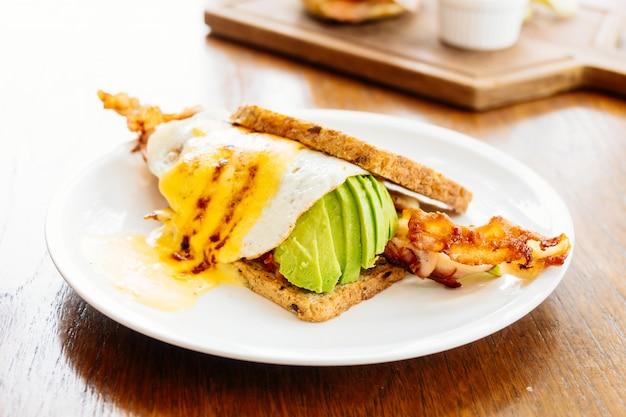 Sanduíche com abacate, bacon e espargos