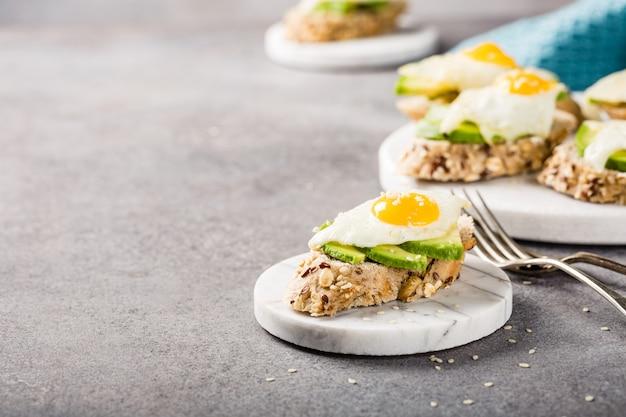Sanduíche com abacate e ovos fritos